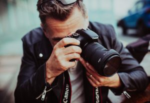 ein fotograf bei seiner arbeit
